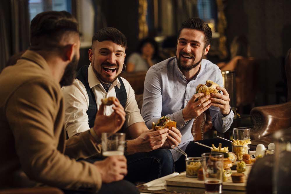 Spotkanie z przyjaciółmi w restauracji