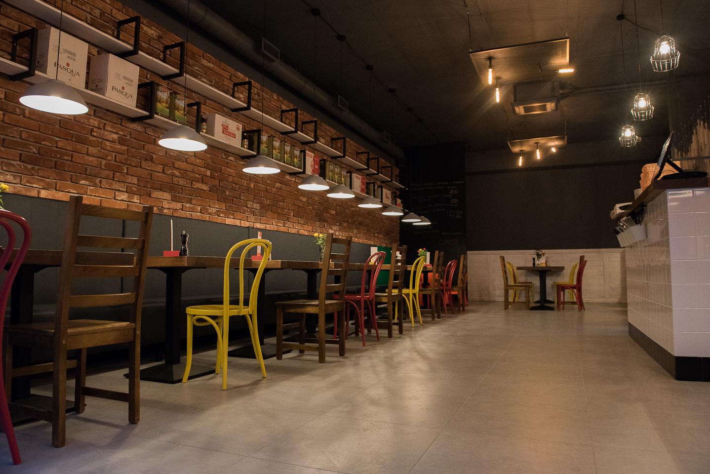 Wnętrze restauracji franczyzowej Fabryka Pizzy