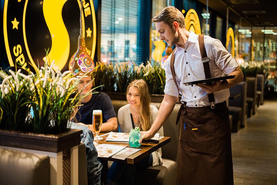 Kelner w restauracji Sphinx