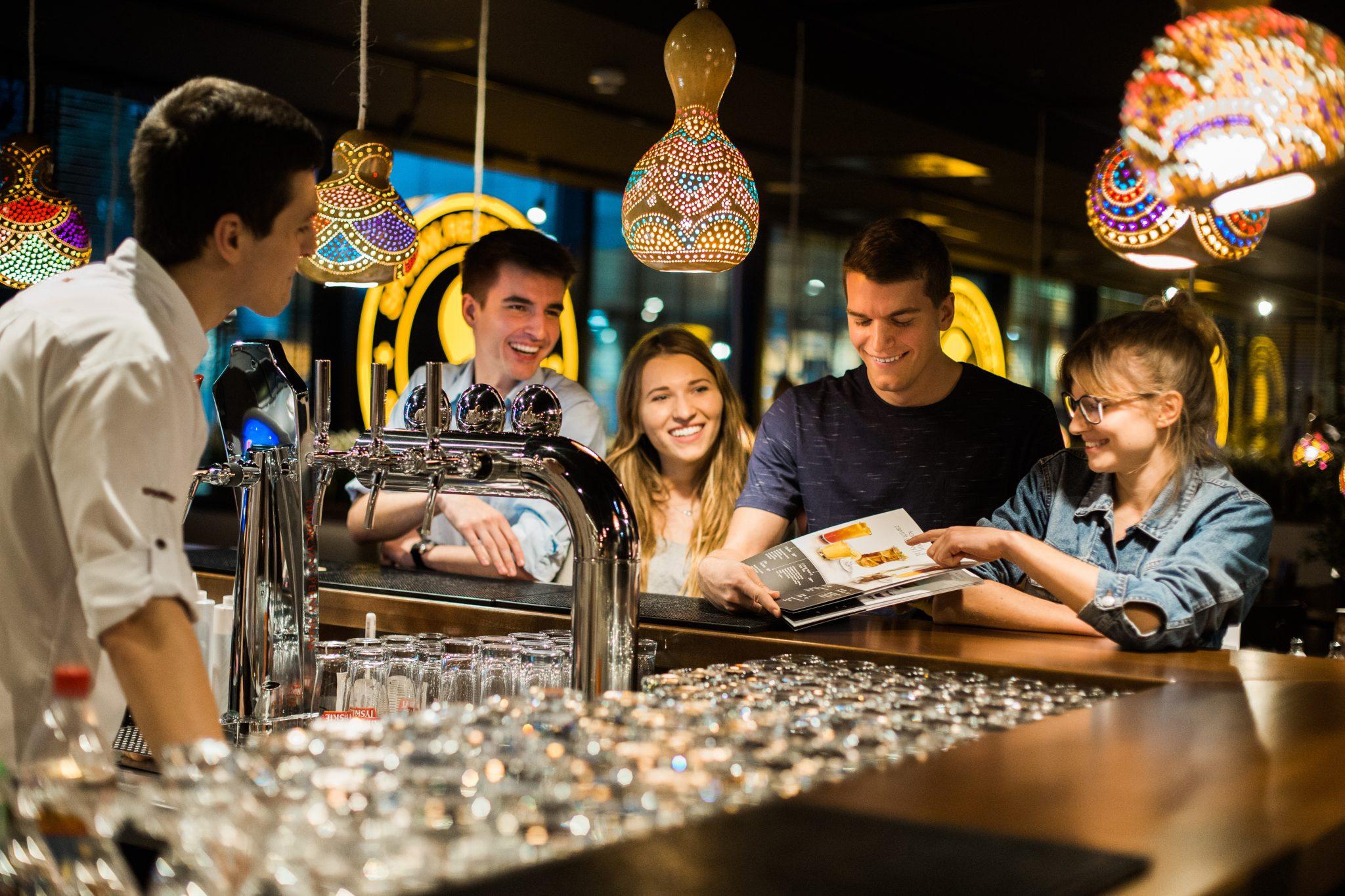 Spotkanie z przyjaciółmi w restauracji Sphinx